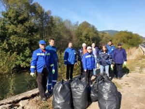 Voluntarii din cadrul SGA Suceava au adunat aproape 300 de saci de deșeuri de pe cursurile râurilor Suceava, Bistrița și Moldova 2