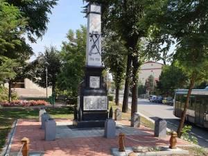 Monumentul Eroilor a fost reabilitat și pus în valoare cu o poartă bucovineană, stâlpi de lemn şi alei de acces pavate
