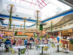 Noua imagine a food-courtului Shopping City Suceava reflectă teme contemporane, cu atractive elementele de verdeață
