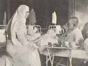 Regina Maria alături de soldaţii răniţi în război