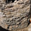 Peretele fundaţiei se chituieşte, după care prin ștuțurile montate se injectează mortar sub presiune, pentru consolidare
