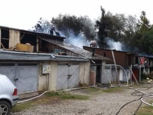 Incendiu violent la câteva garaje din zona Rombat din cartierul sucevean George Enescu