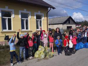 Elevii din Stroiești și din Zaharești au ecologizat spațiile verzi din comună