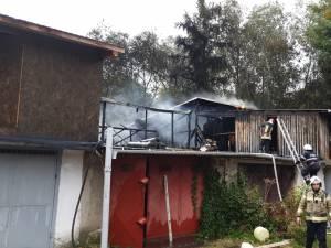 Un incendiu violent a afectat 13 garaje în zona Rombat, din cartierul George Enescu