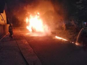 Un autoturism a ars in totalitate in timpul noptii la Gura Humorului
