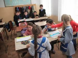 Peste 3.000 de școlari, cuprinși în clase simultane