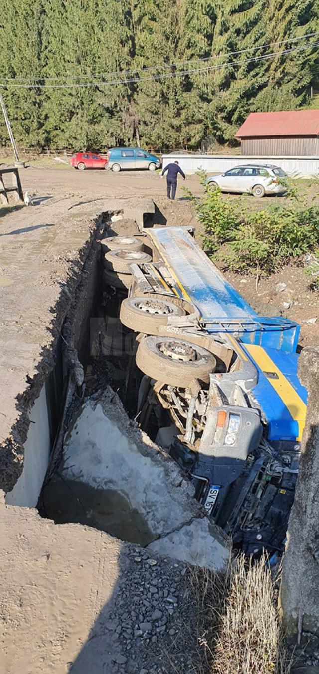 O jumătate de pod s-a surpat sub greutatea camionului încărcat cu pământ