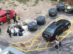 Gunoi aruncat pe lângă containerele semiîngropate, deşi spaţiul de depozitare aproape ca s-a dublat