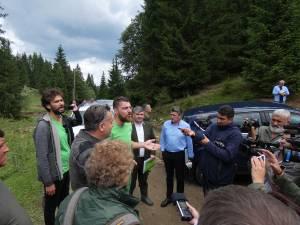 Reprezentanții organizației de mediu și cei ai RNP Romsilva, la locul unde au fost reclamate presupuse ilegalități