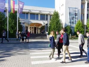 Apel pentru studenții economiști și cei de la Istorie şi Geografie de a face practică pe bani europeni