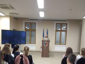 Preşedintele Comunităţii Evreilor din Suceava, Sorin Golda, le vorbeşte tinerilor despre Holocaust