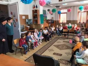 """Campania de voluntariat şi acţiune comunitară """"Florile recunoştinţei"""", la Grădiniţa cu Program Normal Nr. 8 Suceava"""