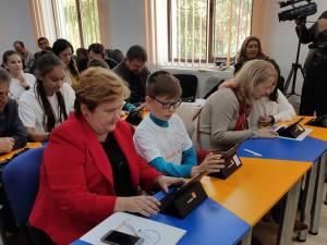 Şefa IŞJ Suceava, Gabriela Mihai, a asistat la prima lecţie digitală de la Şcoala Putna