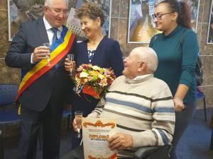 Primarul Sucevei, Ion Lungu, a ciocnit o cupă de șampanie cu sărbătoriții, după premierea Cuplurilor de Aur