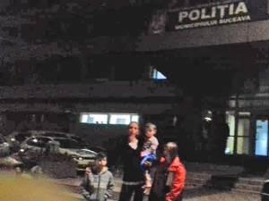 Mariana Matei şi cei trei copii în faţa sediului Poliţiei municipiului Suceava