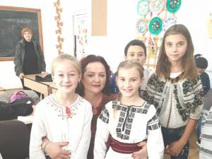 """Violeta Țăran alături de o parte din copiii care au participat la evenimentul """"Fantezie de toamnă"""""""