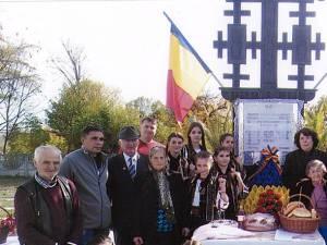 Placa comemorativă de pe troiţa din cimitirul Ciumulești