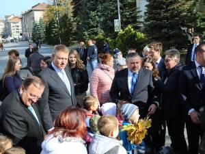 Klaus Iohannis s-a plimbat prin centrul Sucevei și s-a fotografiat alături de copii