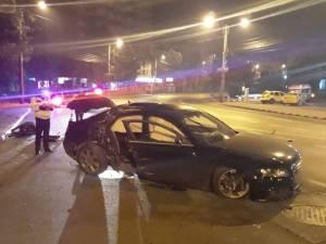 Șoferul nu a mai putut controla maşina şi a lovit puternic un stâlp de beton de pe trotuar