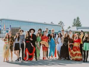"""Concurenţii la Balul Bobocilor la Colegiul Naţional """"Mihai Eminescu"""" Foto: Emanuel Drăgoi"""