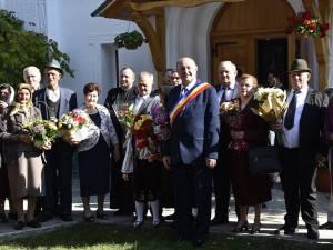Primarul Vasile Andriciuc alături de cuplurile care au împlinit 50 de ani de căsătorie