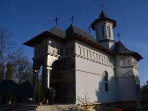 """Liturghie arhierească la Biserica """"Sfânta Cuvioasă Parascheva"""" din Rădăuţi"""
