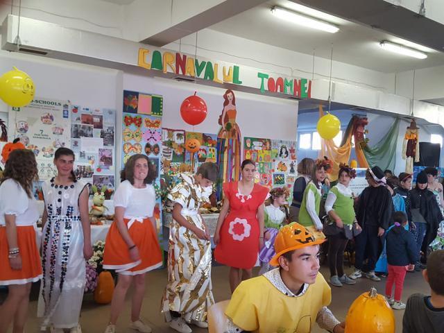 Expoziție cu obiecte confecționate din materiale reciclabile și momente artistice, la Centrul Școlar Gura Humorului