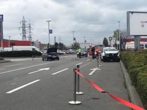Trei persoane rănite, în urma coliziunii dintre două maşini