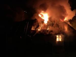 Flacarile au cuprins intreaga constructie, o casa veche in care nu se afla nimeni in momentul izbucnirii incendiului