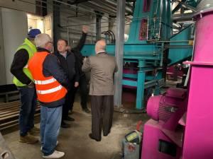 Gheorghe Flutur şi Ilie Bonches au participat la pornirea noului cazan al centralei termice din Vatra Dornei