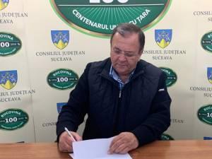 Preşedintele CJ Suceava a semnat contractul pentru lucrările de asfaltare a drumului Rădăuți - Vicovu de Sus