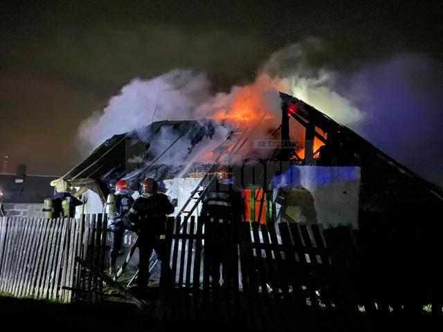 Două echipaje de pompieri au acţionat pentru stingerea flăcărilor