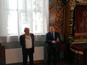 Preşedintele CJ, Gheorghe Flutur, și preşedintele Comunitarii evreieşti Suceava, Sorin Golda, în Sinagoga Gah