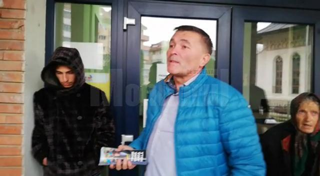 Autorul tâlhăriei, în stânga, prins de cei care au intervenit