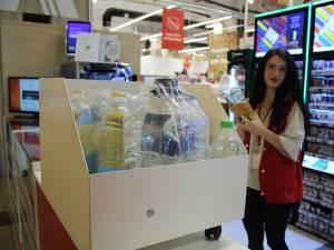 Sucevenii care aduc ulei uzat spre reciclare, la Auchan, sunt recompensați cu detergent de vase, apă plată sau ulei de floarea-soarelui