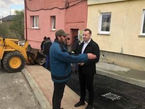 O alee pietruită din Obcini, transformată de Primăria Suceava în stradă nouă, cu locuri de parcare amenajate