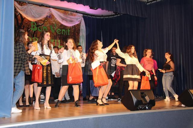 """Toamna Bobocilor"", spectacol dedicat noilor liceeni de la Colegiul ,,Samuil Isopescu"""