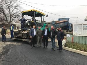 Lucrările de asfaltare a unui drum comunal sunt aproape de finalizare