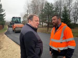 Gheorghe Flutur și Valentin Luță au fost prezenţi la începerea lucrărilor de asfaltare a unui drum comunal