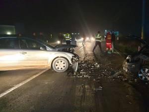 În urma impactului frontal dintre cele două autoturisme, trei persoane au fost rănite