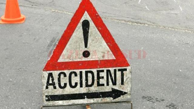 O şoferiţă s-a izbit cu maşina într-un stâlp