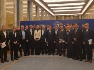Premierul României, Ludovic Orban, cu membrii Comitetului Director al Asociației Municipiilor din România, la Palatul Victoria