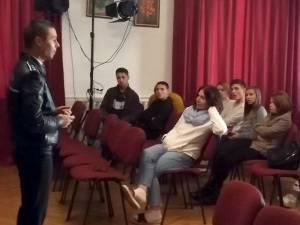 """Acțiunea """"Educă-l, nu-l lovi! Stop violenţa!"""", pentru elevi și tineri instituționalizați, la Fălticeni"""