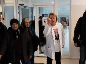Dr. Nicoleta Boldeanu, dr. Anatol Burlacioc și pacienţi ai secţiei Geriatrie, la protest