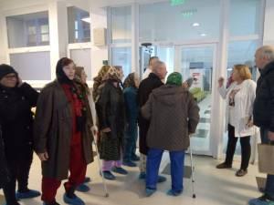 Pacienţi ai dr. Nicoleta Boldeanu își susţin medicul, în fața directorului medical, dr. Mircea Macovei