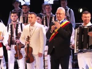 Regal folcloric oferit sucevenilor de Laura Olteanu și Orchestra Fraților Advahov din Chişinău