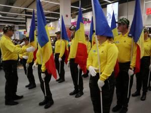 Ziua României, sărbătorită la Auchan cu defilare cu steaguri, dansuri și un tort imens