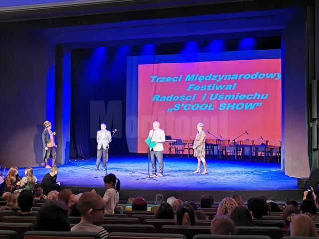 """Elevi humoreni, pe podium la Festivalul Internațional Bucurie și Zâmbet ,,S-cool show"""" din Cracovia"""