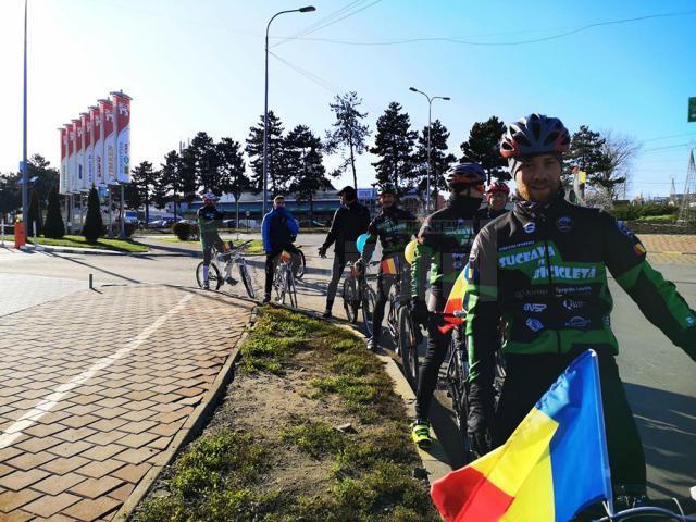 Traseu de 20 de km, parcurs cu tricolorul pe bicicletă, de membrii unei asociații sportive din Suceava