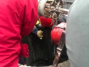 Tânără căzută în fântână, salvată de pompieri